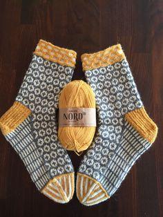 Socken stricken – knitting socks – Knitting for Beginners Crochet Socks, Knitting Socks, Free Knitting, Knit Crochet, Beginner Knitting, Knitting Machine Patterns, Crochet Patterns, Debbie Macomber, Patterned Socks