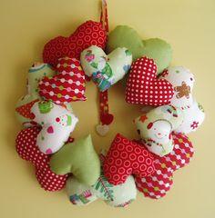 Christmas wreath with hearts. Corona de Navidad de corazones.