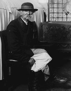 Öltözködés, viselet - Hagyományos férfiviselet (1908) Vászongatya, festőkötő, posztókabát, puhaszárú csizm