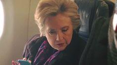 Esta imagen de Hillary Clinton leyendo un periódico en un avión se volvió viral. Fíjate en lo que está leyendo para entender por qué.