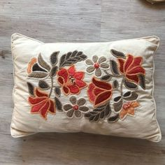 almohadón bordado Hungarian Embroidery, Crewel Embroidery, Embroidery Patterns, Cushion Embroidery, Embroidered Cushions, Applique Pillows, Wool Pillows, Fabric Painting, Fabric Art