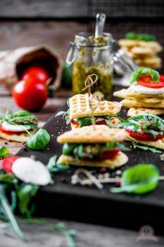 Es ist wieder Waffelsonntag - Würzige Tomaten-Mozzarella Waffelsandwich nach italienischer Art, sind echte Renner auf jeder Party.