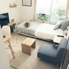ワンルームのソファの配置って、どうされていますか?オーソドックスな配置はこんな感じではないでしょうか。 窓際にベッド、手前にソファとコーヒーテーブル、テレビのコーナーがある配置。他にも色んな配置をご紹介します。模様替えにぜひご参考ください。