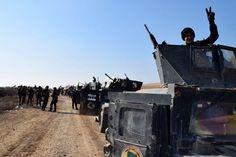Truppe e veicoli dell'#esercito iracheno avanzano verso il centro della città di#Ramadi, in #Iraq. L'esercito regolare ha lanciato un'offensiva insieme a milizie e tribù sunnite contro lo #StatoIslamico, che aveva conquistato la città nel maggio 2015. (© Ansa)