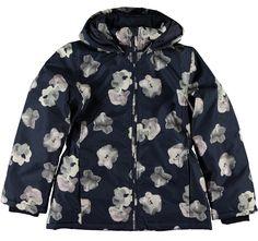 Meisjes winterjas NITMELLO van het merk Name-it Een donker blauwe warme winterjas met een all over print van grote bloemen De jas is voorzien van een rits sluiting en een afneembare kap dmv drukknopen.