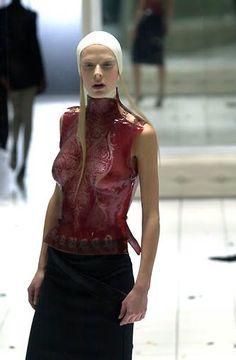 Alexander McQueen - Ready-to-Wear - Runway Collection - Women Spring / Summer 2001 Weird Fashion, High Fashion, Fetish Fashion, Alexander Mcqueen Savage Beauty, Givenchy, Runway Fashion, Womens Fashion, Editorial Fashion, Sexy