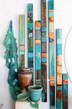 Ethnische Stammes-Türkis Meer Holz Collage Totems Bio Seaglass Mineralien Zinn Metall abstrakte moderne Boho Contempory Wall Scupture Assembages - 2002 is love Diy Wand, Mur Diy, Totems, Santa Fe Style, Painted Sticks, Painted Wood, Hand Painted, Art Abstrait, Metal Tins