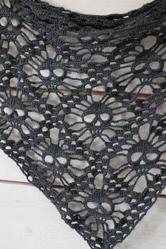 Virkad döskallesjal. Med mönster // Crochet skull shawl. With pattern.