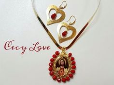 COMO BISELAR UNA MEDALLA! (ALAMBRISMO) Con Cecy Love Bisuteria - YouTube Wire Jewelry, Jewelery, Jewelry Art, Gold Necklace, Pendant Necklace, Diy Projects To Try, Bead Earrings, Wire Wrapping, Diy And Crafts