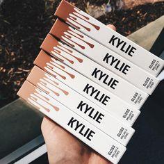 A Kylie Jenner tá arrasando com a sua linha de cosméticos, né? Apos o lançamentos  bombásticos dos batons líquidos, ela decidiu lançar três cores de gloss. Veja mais!
