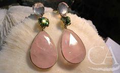Pendientes largos; Cuarzo rosa y peridoto montado en Oro. Joyería artesanal. Glíptica diseños. Long earrings; Pink quartz and peridot in Gold. Handmade jewelry. Glíptica designs.