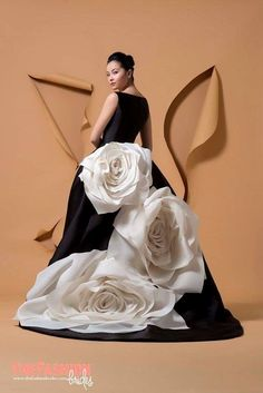 Wedding dress shop in Dubai & Lebanon for bridal gowns & evening dresses. Collections from the top wedding dress designers & bridal couture. Couture Dresses, Bridal Dresses, Fashion Dresses, Fashion Clothes, Trendy Fashion, Fashion Show, Fashion Design, Fashion Vintage, Vintage Vogue
