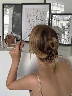 piranha de cabelo! Sim! A piranha que, antigamente, achávamos brega, agora voltou com tudo e é a nova tendência de acessório para o cabelo! Hair Inspo, Hair Inspiration, Aesthetic Hair, Blonde Aesthetic, Dream Hair, Hair Day, Pretty Hairstyles, 2000s Hairstyles, Summer Hairstyles