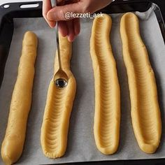 Çok kisa surede hazirlayabileceginiz dilim kurabiyeler 🍫 Tarif isteyenler ❤ birakabilirmi ❤ Dilim kurabiye 200 gr oda sıcaklığında tereyağı 1 çay bardağı sıvı yağ Yarım çay bardağı toz şeker 1 dolu yemek kasığı yoğurt 1 yumurta 1 paket vanilya 4-4.5 su bardağı kadar un Butun malzemeleri karistirip kurabiye hamuru yumusakliginda yoguralim ve hamuru 4 e bolup firin tepsisine uzun olarak dizelim.videodaki gibi sekil verip 175 derecede pisirelim.soguduktan sonra pudra sekeri serpelim.. Iri… Donut Recipes, Bread Recipes, Cake Recipes, Cooking Recipes, Good Food, Yummy Food, Pastry Cake, Turkish Recipes, Cookie Desserts