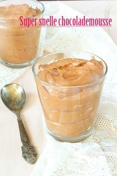 Super snelle chocolademousse. Simpel en snel. Deze mousse wordt gemaakt met chocolade, marshmallows en slagroom. Voor een extra kick een koffielikeur erin.