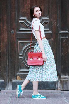 O romantismo da saia midi com urbano do tênis faz desse look uma combinação super charmosa