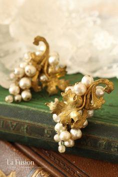 鈴なりのバロックパールの豊かな輝きミリアム・ハスケルから豊かに実った葡萄の房を思わせるバロックパールイヤリングのご紹介です。ミリアムハスケルといえばバロックパールを連想される方も多いと思いますが、本物のパールを I Am Jewelry, Jewelry Making Beads, Pearl Jewelry, Antique Jewelry, Vintage Jewelry, Jewellery, Bijoux Design, Jewelry Design, Vintage Costume Jewelry