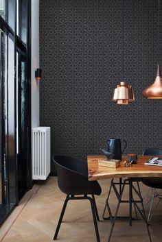 Le papier peint noir est adoucit par les motifs géométriques qui donne une ambiance très graphique à cet intérieur
