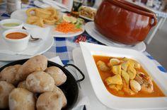 Obiad w Adeje. Ziemniaki z sosami mojo i zupa rybna.Teneryfa.