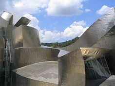 Deconstructivisme: In de jaren 60 is het deconstructivisme ontwikkeld door een Franse filosoof genaamd Jacques Derrida het is niet echt duidelijk waar het is ontstaan, maar Derrida woont in Frankrijk, daarvan uitgaande is het ontstaan in Frankrijk. Het achterliggende idee is de verwarring en onzekerheid in de maatschappij te vertalen naar bouwkunst.