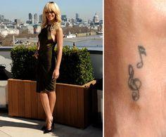 Pin for Later: Die ultimative Galerie der Promi Tattoos! Rihanna Rihanna feierte den Beginn ihrer Karriere im Jahr 2006 mit einem Tattoo zweier Musiknoten.