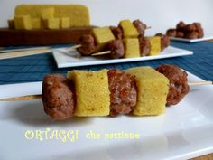 Spiedini polenta e salsiccia Polenta, Italian Home, Antipasto, Street Food, Finger Foods, Carne, Tapas, Sausage, Buffet