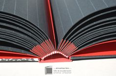 • álbum flores• Encuadernación tapas montadas con acordeón rojo (compensa el espesor de las fotos que se colocarán) – Cubierta de papel y tela – 50 hojas negras de 200grs – Tamaño: 32x25cm (p…