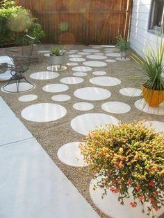 Cículos de piso, entremeados por pedriscos, ao invés de grama. Circle pavers, instead of pea gravel grass
