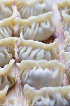 dim sum - chińskie pierożki na parze nadziewane mięsem Dim Sum, Eggless Baking, Good Food, Yummy Food, Dumpling Recipe, Polish Recipes, Cafe Food, International Recipes, Creative Food