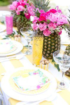 Decoração de arranjos de mesa para festa de carnaval.