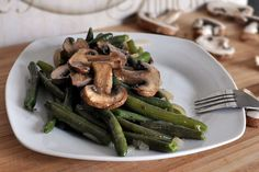 Green Beans Mushrooms and Onions. Green beans lightly boiled and then sauteed with mushrooms and onions. A very easy and delicious way to prepare green beans side dish. Cookbook Recipes, Cooking Recipes, Healthy Recipes, Chef Recipes, Healthy Dinners, Onion Recipes, Vegetable Recipes, Sauteed Green Beans, Mushroom And Onions