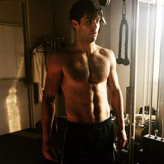 The wait is over! Here's a shirtless Matthew Daddario after all his shadowhunters training over the weeks.