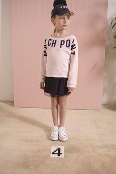 Match Point - Look fille sweat rose, jupe plissée et casquette YES pompon Printemps-Eté 2017 collection IKKS Kid Girl #ss17 #kidstyle
