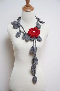 Collier au crochet feuille grise avec broche fleur rouge