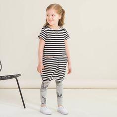 JOUTSEN leggings, mel.harmaa - musta | NOSH verkkokauppa | Kevään lasten uutuusmallistossa leikitellään joutsenien, pesukarhujen ja raitojen iloisessa joukossa. Tilaa tuotteet NOSH edustajalta tai verkosta nosh.fi/lapset (This collection is available only in Finland but you can shop these wonderful fabrics online en.nosh.fi)