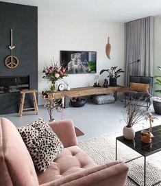 Deze roze stoel valt echt op in het neutrale interieur Home Living Room, Interior Design Living Room, Living Room Designs, Living Room Decor, Bedroom Decor, Interior Livingroom, Home Wallpaper, Farmhouse Wallpaper, Wallpaper Ideas