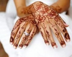 I really like the combination of dress, ring and the henna  / Wedding: Special dresses and accessories