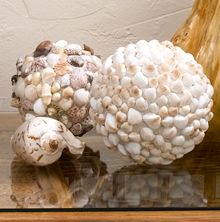 More seashell and sea glass crafts: DIY seashell & sea glass deco spheres decorate beach-inspired homes & gardens Seashell Art, Seashell Crafts, Beach Crafts, Starfish, Seashell Decorations, Sea Decoration, Seashell Projects, Mosaic Projects, Craft Projects
