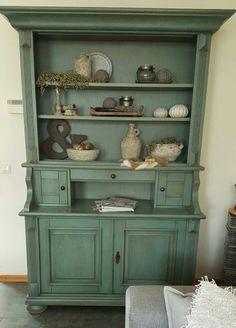 Oude kast, deurtjes eruit gehaald en nieuw ingericht in landelijke stijl