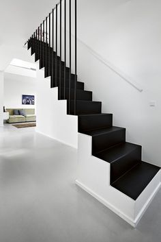 white interior decoration and black stairs interni color bianco e scala a… Staircase Railings, Staircase Design, Stair Treads, Staircases, Interior Stairs, Interior Architecture, Black Stairs, Stair Decor, Modern Stairs