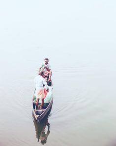 2 hommes en longhi (paréo-jupe)au sud de l'Inde dans le Kerala où Mère Teresa est une célébrité. . . . #india #indian #boat #fishing #asia #asian #traveling #travel #passportready #instatravel #travelphotography