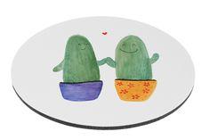 Mauspad rund Kaktus Liebe aus Naturkautschuk  black - Das Original von Mr. & Mrs. Panda.  Ein wunderschönes rundes Mouse Pad der Marke Mr. & Mrs. Panda. Alle Motive werden liebevoll gestaltet und in unserer Manufaktur in Norddeutschland per Hand auf die Mouse Pads aufgebracht.    Über unser Motiv Kaktus Liebe  Sommer, Sonne, Sonnenschein! Da darf natürlich der Kaktus nicht fehlen... Mrs. Panda zeichnete die Kakteen fröhlich und freundlich, da sie in Kakteen kleine, unzerstörbare Freunde…