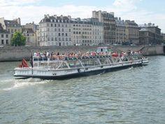 bateau-mouche sur la Seine  Paris France