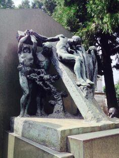 Una depopsizione in bronzo ricorda l'ufficiale Giuseppe Primi, una delle ultime sculture di Castiglioni.