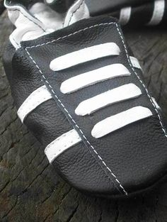 Diese Lederpuschen haben eine weiche Sohle, und sind das Beste für Ihre Babys! Die handgemachten Krabbelschuhe von Ebooba halten die Füße Ihres Babys warm, und passen perfekt ohne Klettverschluss....
