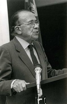 Santiago Carrillo durante el Pleno del Comité Central del PCE celebrado para aprobar el programa electoral y las listas de candidatos para las elecciones generales de octubre de 1982. Foto EFE.
