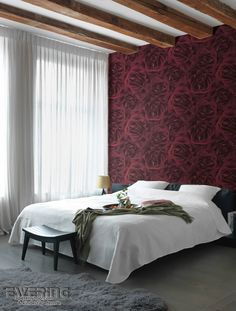 Ihr Schlafzimmer verwandeln Sie mit dieser hübschen Rosenblüten Tapete in Weinrot in ein romantisches Paradies.