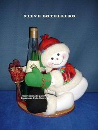 Molde Muñeco de nieve portabotella Fondant Toppers, Xmas, Christmas Ornaments, Reno, Felt Dolls, Cute Crafts, Sewing Hacks, Sewing Tips, Dinosaur Stuffed Animal