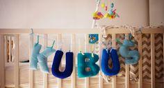 Literki z filcu to doskonały pomysł na prezent dla dziecka. Stanowią niepowtarzalną ozdobę do dziecięcego pokoju. Można je zawiesić na ścianie lub łóżeczku. Literki te mogą przypaść do gustu także osobom dorosłym, które pragną ozdobić swoje mieszkanie i dodać mu nieco wesołych, kolorowych akcentów. #filc #literki #DIY #handmade #rękodzieło #ozdoby #felt #decoration