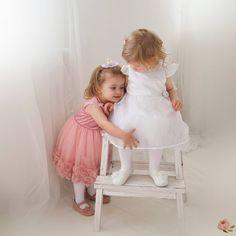Ennél kedvesebb és kifejezőbb képet, el sem tudnék képzelni ❤ Ruh Girls Dresses, Flower Girl Dresses, Christening, Special Occasion, Kids Outfits, Ford, Minden, Wedding Dresses, Cute